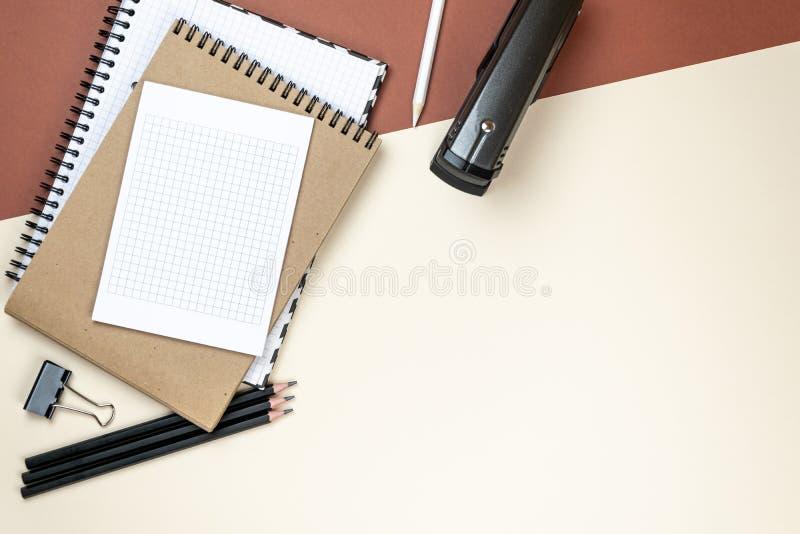 Insieme corporativo della cancelleria dello spazio in bianco su fondo marrone Alto falso marcante a caldo Disposizione piana fotografia stock