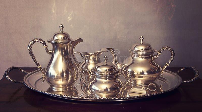 Insieme d'annata di tè e del caffè sul vassoio immagine stock