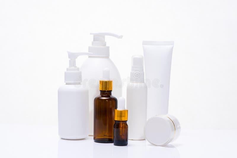 Insieme d'imballaggio cosmetico di bellezza e della stazione termale isolato sul backgrou bianco fotografie stock libere da diritti