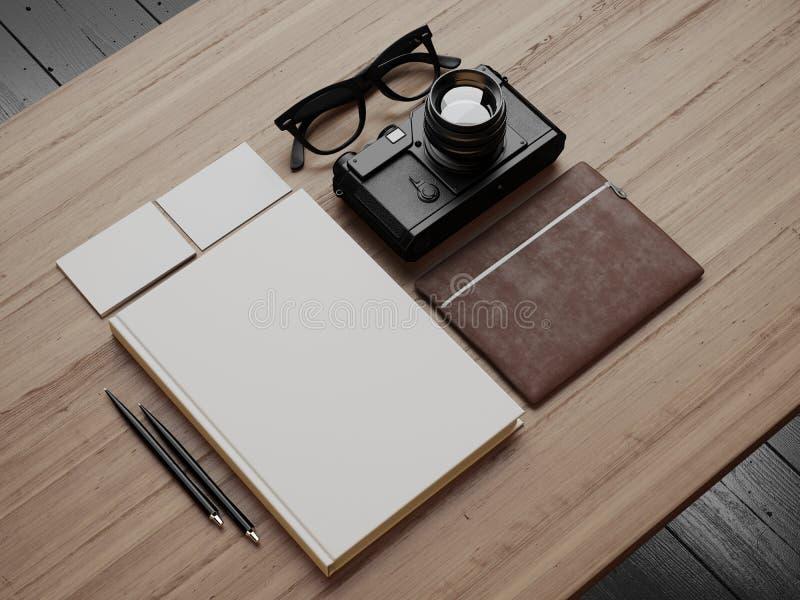 Insieme degli elementi bianchi moderni sulla tavola marrone fotografie stock libere da diritti