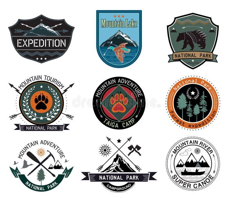 Insieme degli elementi d'annata dei distintivi del campo di legni e di logo e di progettazione di viaggio illustrazione di stock
