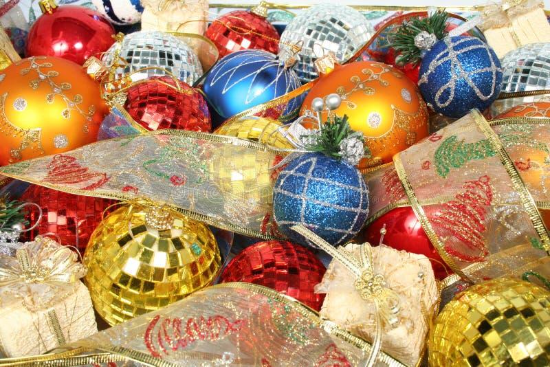 Insieme degli ornamenti celebratori e dei nastri del nuovo anno fotografia stock libera da diritti