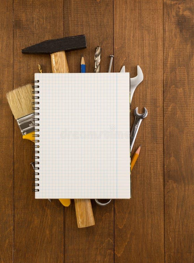 Insieme degli strumenti e degli strumenti su legno fotografia stock