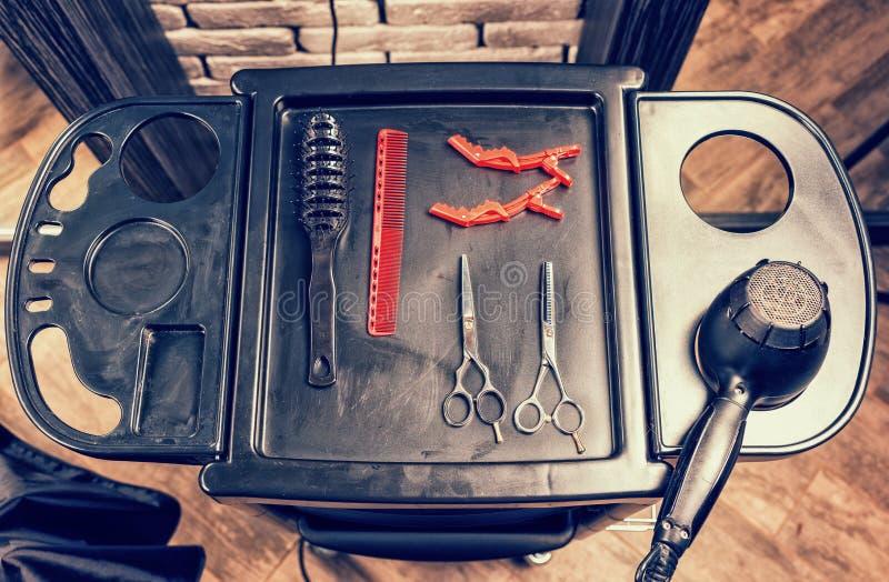 Insieme degli strumenti e del hairdryer professionali del parrucchiere su uno speciale immagini stock libere da diritti