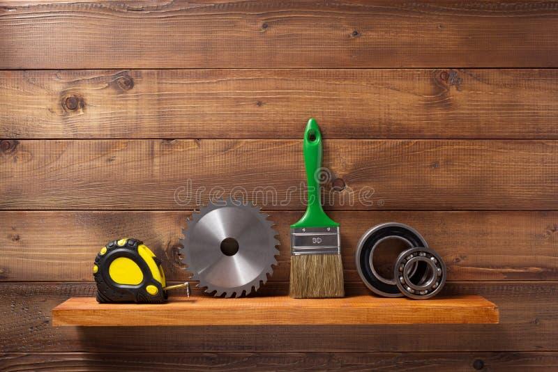 Insieme degli strumenti e degli strumenti sullo scaffale fotografie stock