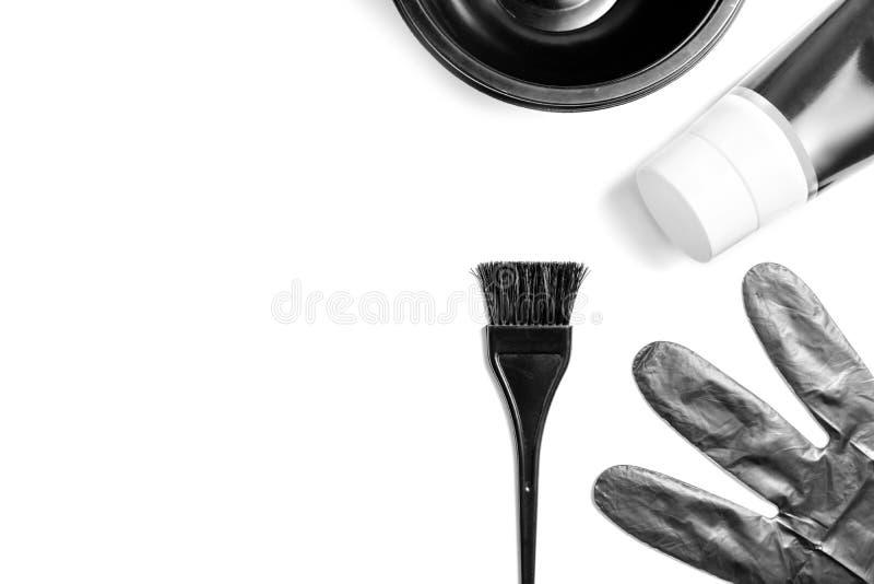 Insieme degli strumenti neri professionali del parrucchiere per la coloritura dei capelli - spazzola, ciotola, guanti e tubo del  immagine stock