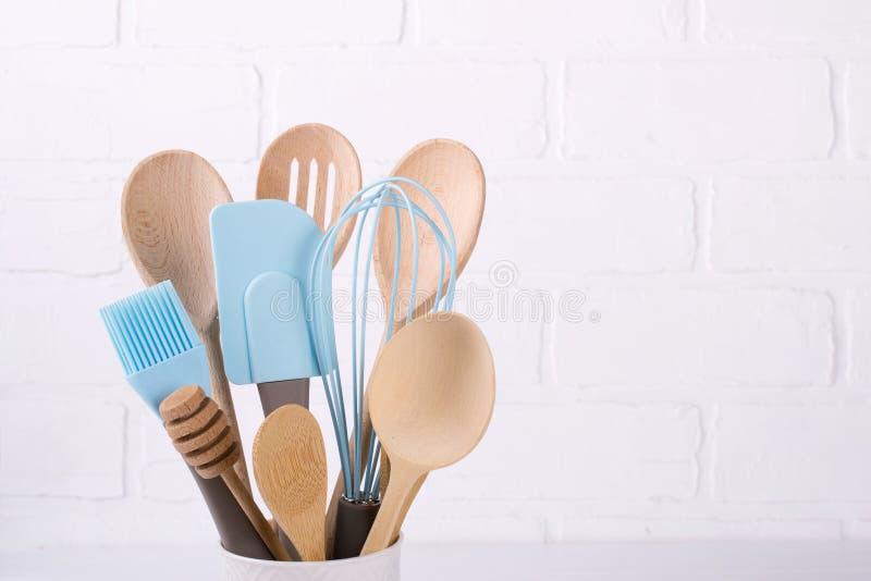 Insieme degli utensili della cucina, di legno e del silicone, spazio della copia libera fotografie stock libere da diritti