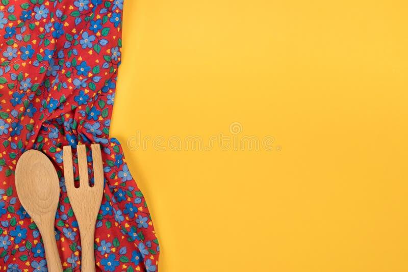 Insieme degli utensili di legno della cucina Tovagliolo floreale del panno del modello sulla e immagine stock