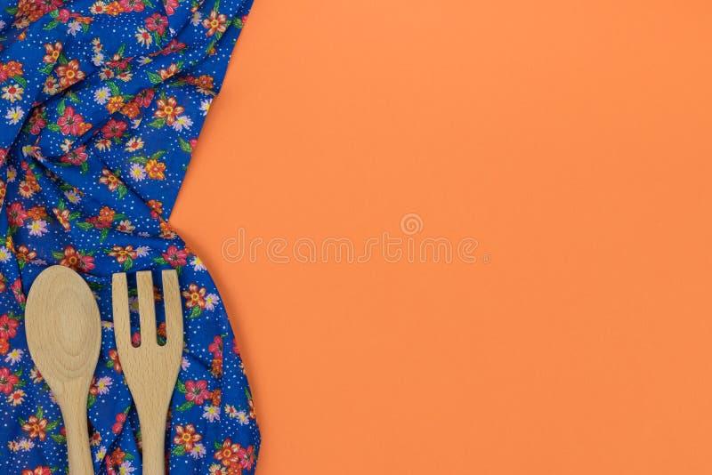 Insieme degli utensili di legno della cucina Tovagliolo floreale del panno del modello sulla e immagini stock