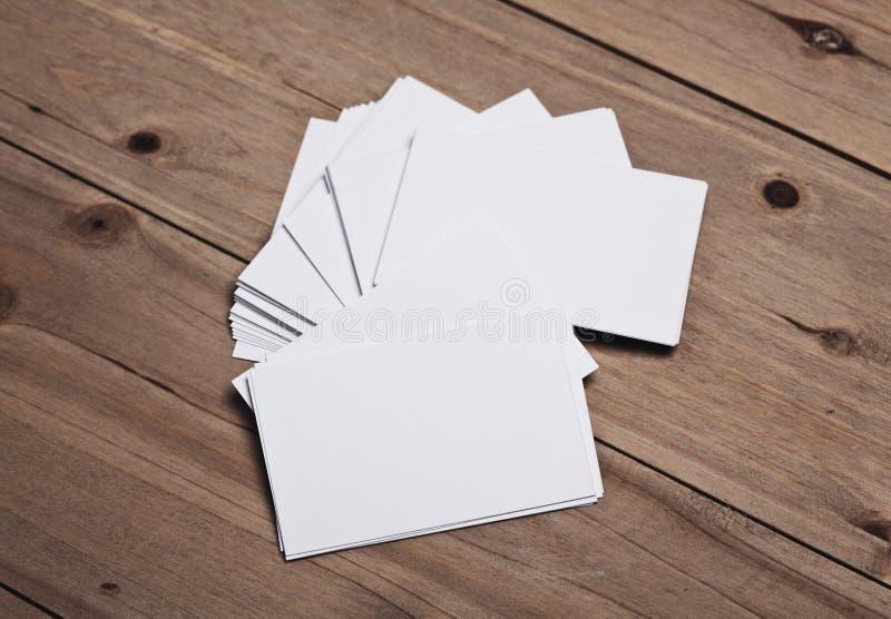 Insieme dei biglietti da visita bianchi sulla tavola di legno orizzontale fotografia stock libera da diritti