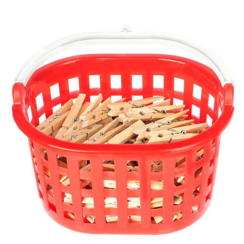 Insieme dei clothespins delle spine nel cestino rosso. fotografie stock