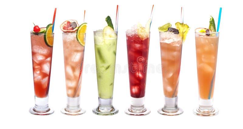 Insieme dei cocktail ghiacciati: con l'anguria, il cetriolo, l'arancia, la calce e la ciliegia, mandarino, frutto della passione, fotografia stock