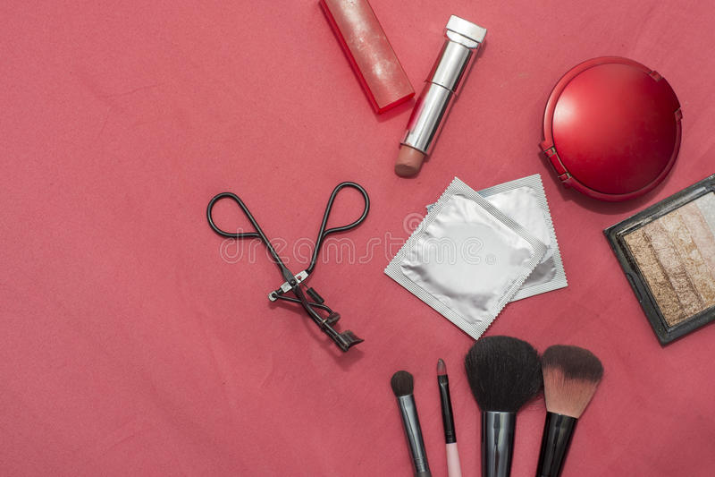 Insieme dei cosmetici, anticoncezionali, preservativo fotografia stock libera da diritti