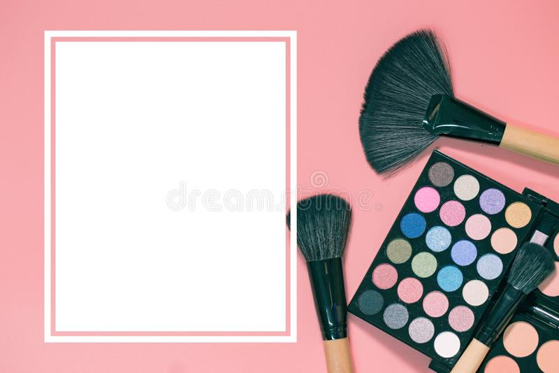 Insieme dei cosmetici decorativi su fondo rosa variopinto leggero immagini stock libere da diritti