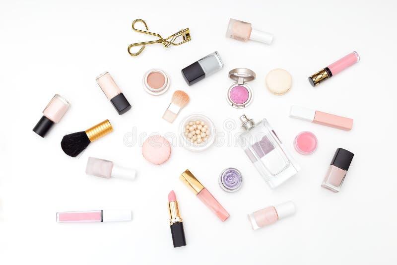 Insieme dei cosmetici decorativi su un fondo leggero Disposizione piana immagini stock