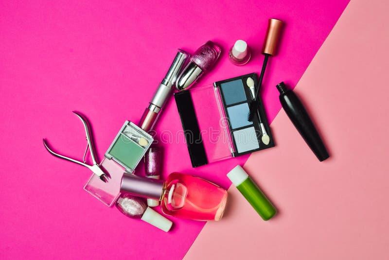 Insieme dei cosmetici per l'applicazione del trucco su un fondo pastello rosa What& x27; s nel women& x27; borsa del cosmetico di immagine stock libera da diritti