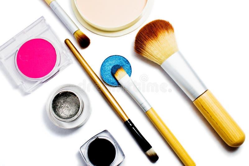 Insieme dei cosmetici professionali per trucco isolati su fondo bianco immagine stock