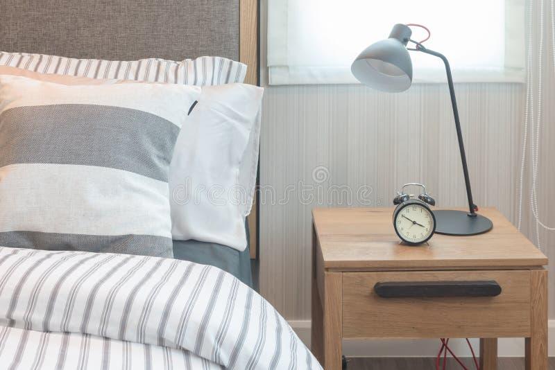 Insieme dei cuscini e della coperta sul letto in camera da - Giochi da baciare sul letto ...