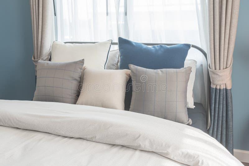 Insieme dei cuscini sul letto nello stile moderno della camera da letto immagine stock - Cuscini da letto ...