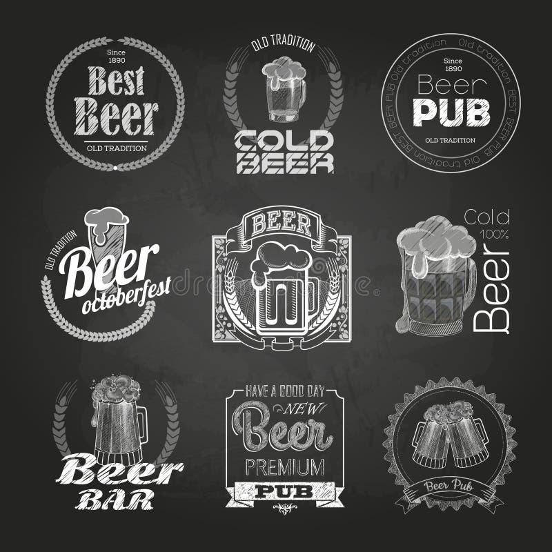 Insieme dei disegni della birra del gesso Etichette decorative del gesso illustrazione vettoriale