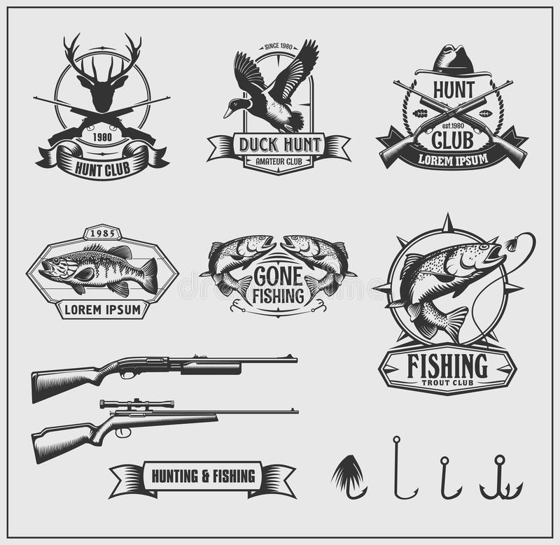 Insieme dei distintivi del club di pesca e di caccia, delle etichette e degli elementi di progettazione immagine stock libera da diritti
