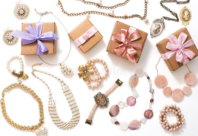 Insieme dei gioielli del ` s delle donne in orecchini d'annata della catena del braccialetto della perla del cammeo della collana immagini stock libere da diritti
