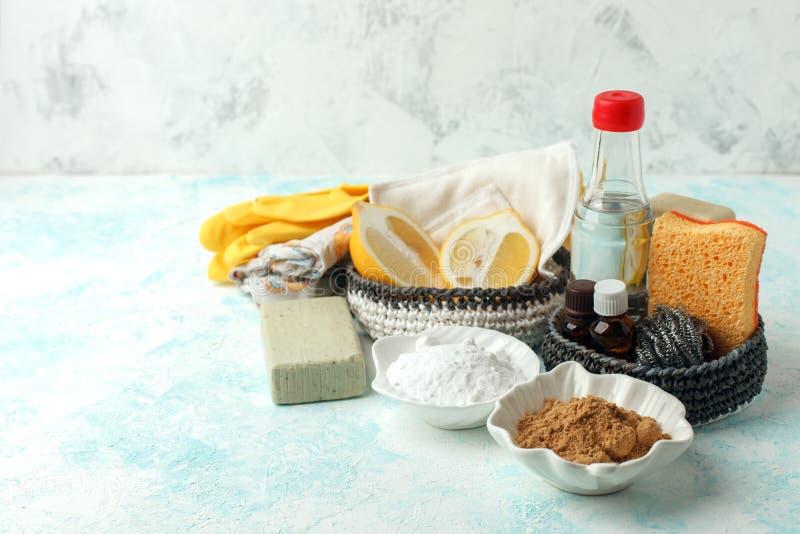 Insieme dei prodotti di pulizia naturali ecologici, spazzola del metallo, limone, bicarbonato di sodio del bicarbonato di sodio,  fotografia stock libera da diritti