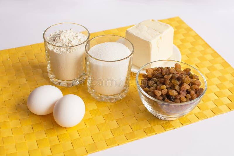 Insieme dei prodotti per la cottura dei muffin sul tovagliolo immagini stock libere da diritti