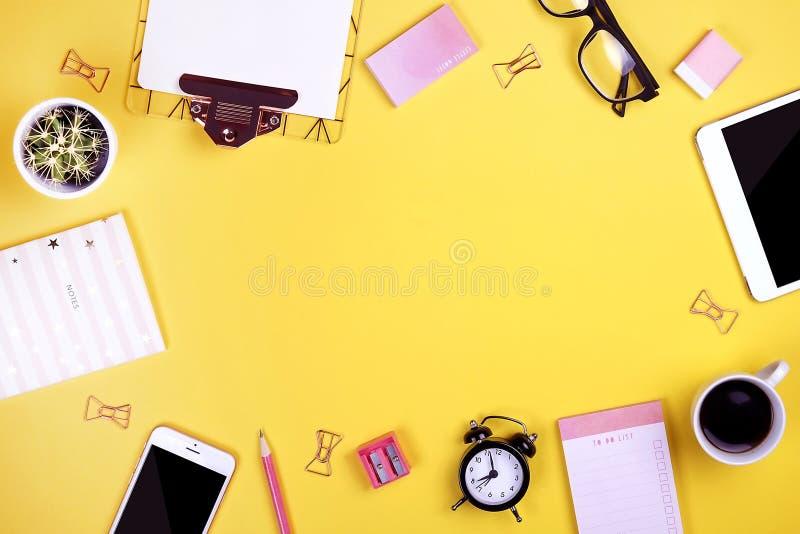 Insieme dei rifornimenti di scuola con la penna normale della matita, in bianco fare gli strati del taccuino della lista, casella immagine stock libera da diritti