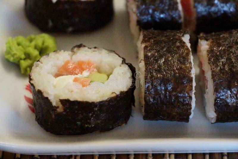 Insieme dei rotoli di sushi sul piatto bianco fotografie stock