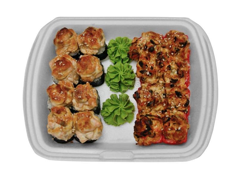Insieme dei sushi dei battitori in un recipiente di plastica su un fondo bianco fotografie stock