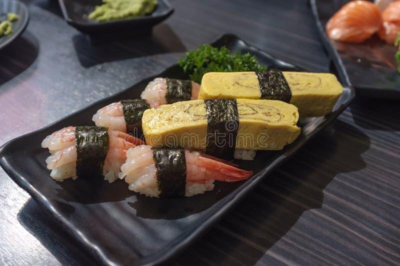 Insieme dei sushi dell'uovo e del gamberetto fotografia stock libera da diritti