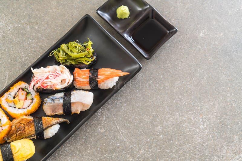 Insieme dei sushi e del rotolo di maki fotografie stock libere da diritti