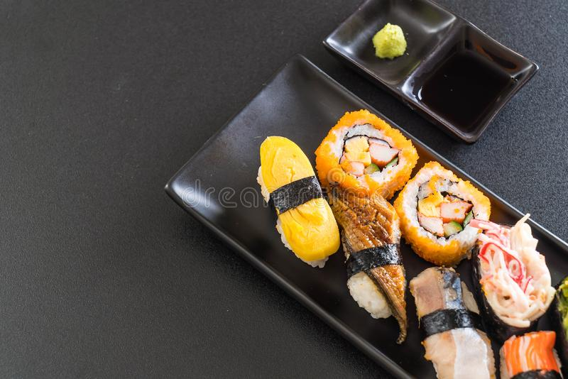Insieme dei sushi e del rotolo di maki immagini stock libere da diritti