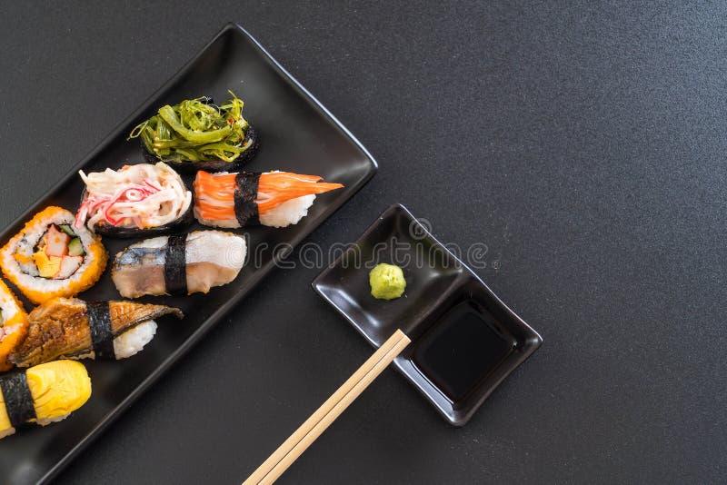 Insieme dei sushi e del rotolo di maki fotografia stock libera da diritti