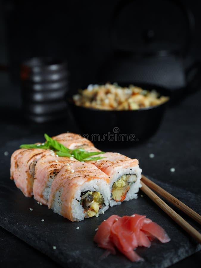 Insieme dei sushi servito su un piatto fotografia stock libera da diritti