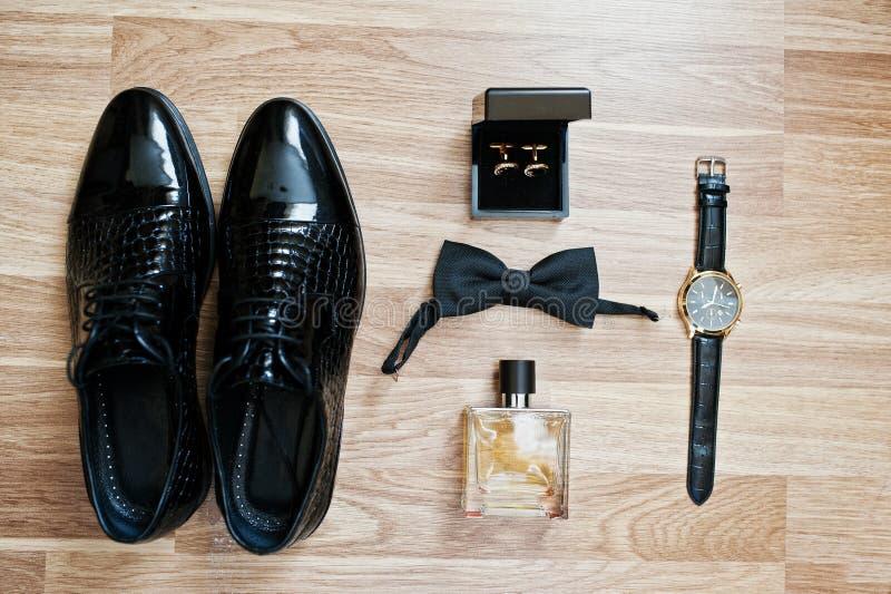Insieme dei vestiti e degli accessori d'avanguardia del ` s degli uomini Farfallini stabiliti dello sposo, immagini stock