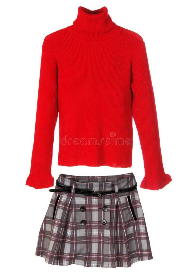 Insieme dei vestiti femminili caldi isolati su bianco. Maglione e gonna. immagine stock
