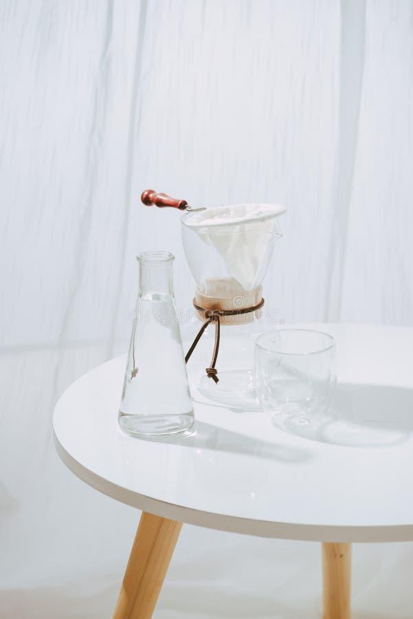 Insieme del gocciolamento del caffè, facente la sgocciolatura del caffè nel salone immagini stock libere da diritti