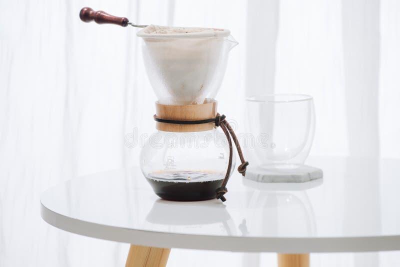 Insieme del gocciolamento del caffè, facente la sgocciolatura del caffè nella caffetteria fotografie stock libere da diritti