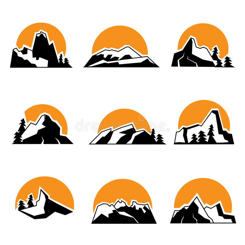 Insieme del logo della montagna con il tramonto Illustrtation di vettore, isolato su fondo bianco illustrazione di stock