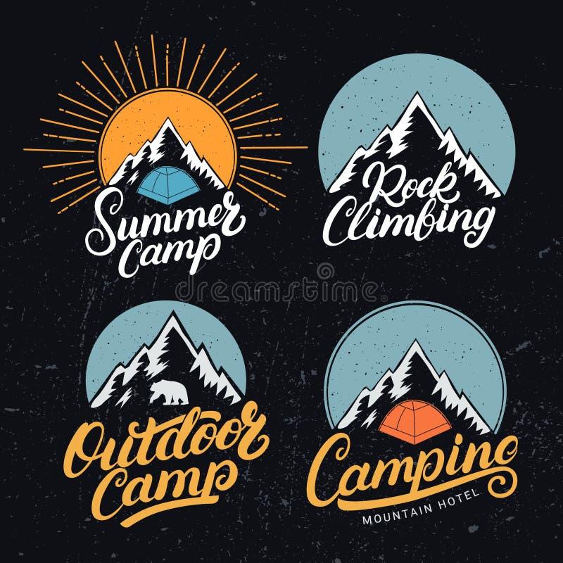 Insieme del logos d'annata all'aperto e di arrampicata di campeggio, del campeggio estivo, emblemi, etichette, distintivi illustrazione di stock