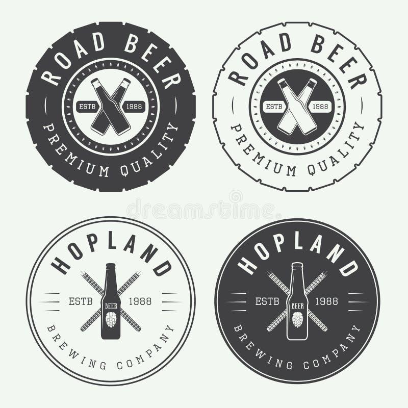 Insieme del logos d'annata del pub e della birra, delle etichette e degli emblemi con le bottiglie illustrazione di stock