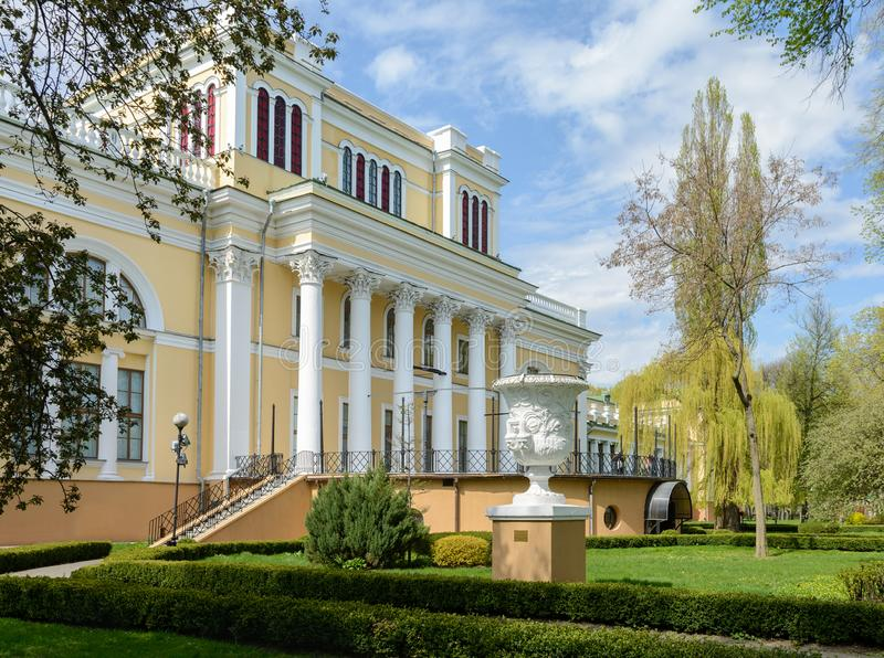 Insieme del palazzo e del parco di Homiel' Vista della parte centrale del palazzo di Paskevich e di Rumyantsev La parte centrale  immagine stock