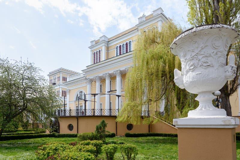Insieme del palazzo e del parco di Homiel' Vista della parte centrale del palazzo di Paskevich e di Rumyantsev La parte centrale  fotografia stock libera da diritti