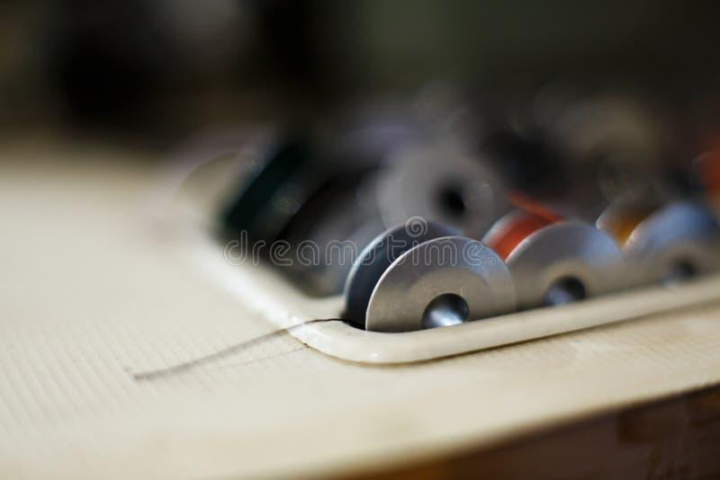 Insieme del primo piano del filo colorato per una macchina per cucire Cucitrice del posto di lavoro Adattamento dell'industria fotografia stock libera da diritti