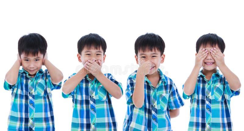 Insieme del ragazzo asiatico allegro che copre il suo occhio del naso della bocca dell'orecchio nel diff immagine stock libera da diritti