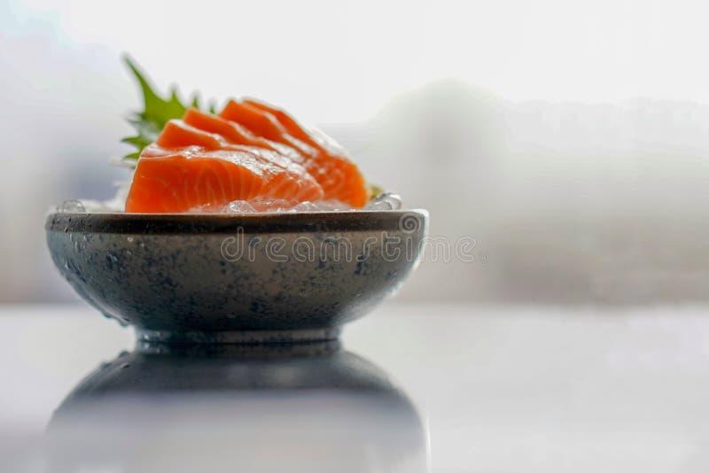 Insieme del salmone del sashimi, pesce crudo, alimento giapponese, fuoco selettivo immagini stock libere da diritti