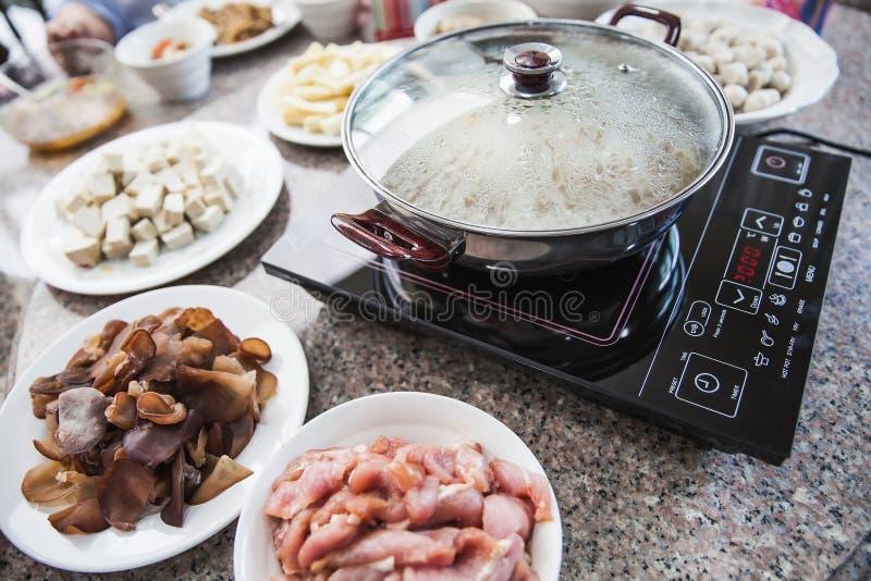 Insieme del sukiyaki sulla tavola del granito immagini stock libere da diritti