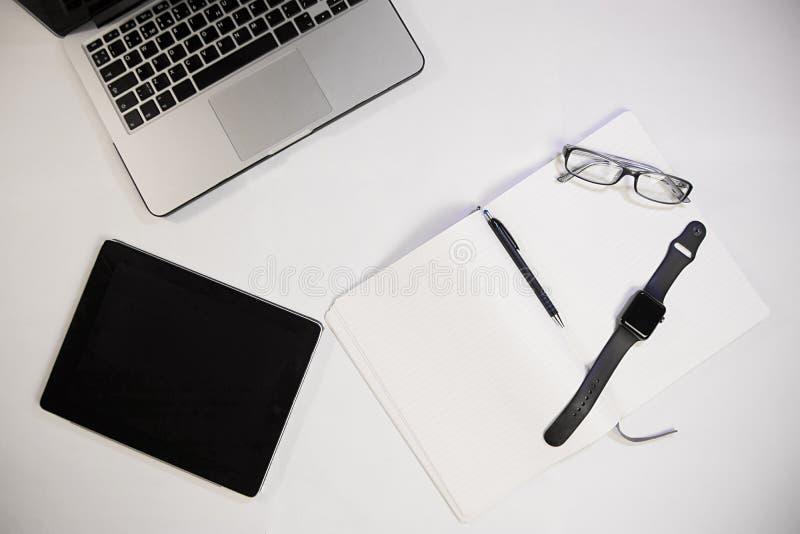 Insieme del taccuino, del blocco note, delle penne, dei vetri e di altri aggeggi per il wor fotografia stock libera da diritti